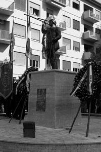 Cassino: Monumento attuale a Enrico Toti, particolare, e il giorno dell'inaugurazione (Archivio E. Pistilli).