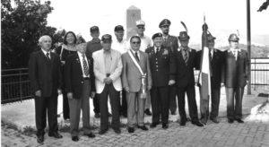 Foto ricordo davanti al monumento alla 36ª Divisione Texas a S. Angelo. Al centro il sindaco di Cassino, dott. Bruno Scittarelli e il generale americano McPhee.