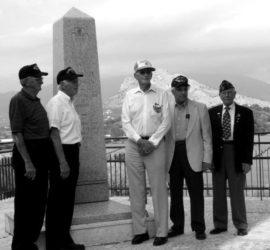 Reduci della 36ª Texas in posa davanti al monumento di S. Angelo.