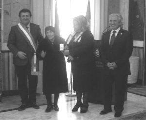 Frosinone 27 gennaio 2016: la signora Anna, vedova di Biagio Simeone, riceve la medaglia d'onore alla memoria dal prefetto della provincia, Emilia Zarrillo, a sinistra il sindaco di Sant'Ambrogio sul Garigliano, Segio Messore, a destra Cosimino Simeone.