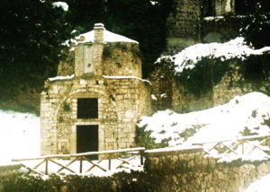 Fig. 2: La chiesa di San Sebastiano vista dall'area su cui insisteva la porta omonima di accesso al castrum.