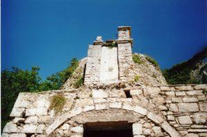 Fig. 5: Visione prospettica dei resti del campanile a vela della chiesa di San Sebastiano.
