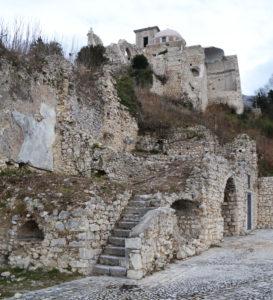 Fig. 8: Resti di una scala esterna in pietra riconducibile a quella che accedeva all'antico ospizio, di pertinenza della chiesa di San Sebastiano.