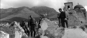 Fig. 9: Immagine tratta dal film di Mario Monicelli La Grande Guerra (1959). La chiesa di San Sebastiano fa da sfondo al set cinematografico e nel fotogramma si riconoscono Alberto Sordi (il primo a destra) e Vittorio Gassman (il secondo da sinistra).