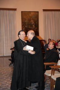 In alto: l'arcivescovo emerito di Gaeta Fabio Bernardo D'Onorio riceve da d. Mariano Dell'Omo un copia della Miscellanea.