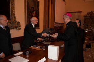 l'abate e ordinario di Montecassino d. Donato Ogliari mentre omaggia mons. Cosimo Damiano Fonseca con la consegna di una pregevole pubblicazione