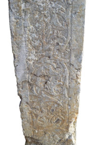 Fig. 2: Stipite destro della porta d'ingresso alla chiesa di San Sebastiano, particolare recante dei bassorilievi fito-zoomorfi.