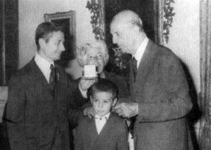 Mentone (Francia), 17 ottobre 1976: Luigi Serra consegna a Umberto II di Savoia la medaglia coniata in occasione del trentesimo anniversario della distruzione di Cassino.