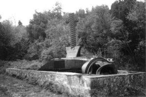 Il monumento presso la gola che sovrasta la Masseria Albaneta.