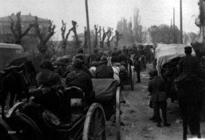 Truppe italiane in marcia verso Trento (www.europeana1914-1918.eu).
