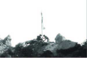 La bandiera polacca sventola sui resti dell'Abbazia il 18 maggio 1944.