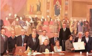 I partecipanti all'VIII edizione del Premio FiuggiStoria con, alle spalle, il grande affresco ubicato nella Sala consiliare del Comune raffigurante la presentazione a papa Bonifacio VIII dell'acqua di Fiuggi