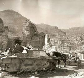 Cassino 1944-45: un carro armato semidistrutto abbandonato e un carretto con cavallo davanti ai resti della chiesa di S. Antonio.