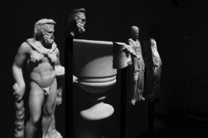 Fig. 10 - I reperti statuari esposti e la loro proiezione (foto G. Murro).
