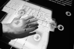 Fig. 7 - Il plastico interattivo e le zone di interazione al passaggio della mano (foto G. Murro).