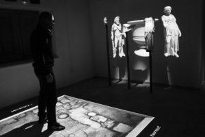 Fig. 9 - Il pavimento e le proiezioni 3d delle statue: un particolare dell'interazione (foto G. Murro).