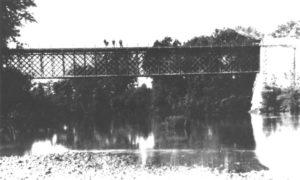 """San Giorgio a Liri. Il ponte in ferro sul Liri """"in servizio"""" dal 1876 al 1944 (Archivio C. Jadecola)."""