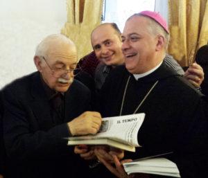 Il notaio Fernando De Rosa in una recente manifestazione tenutasi a Cassino, consegna una copia del volume all'abate di Montecassino, d. Donato Ogliari.