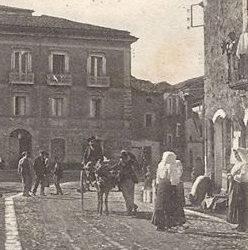 Scorcio di piazza Pasquale Pelagalli della Aquino di una volta, da una cartolina d'epoca.