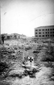 Cassino: cimitero tedesco provvisorio e, sullo sfondo, strutture edilizie in ricostruzione