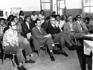 Il prof. Giuseppe Cataldi (terzo da sinistra) nel corso di una conferenza scientifico-divulgativa tenuta dal Gruppo «Spallanzani-Pasteur» di Cervaro in un'aula della locale Scuola Elementare.