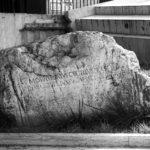 Epigrafe conservata davanti al Tribunale