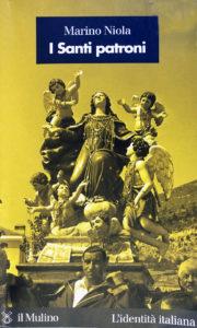 """Il volume I Santi patroni del prof. Mariano Nota (Il Mulino) che riporta in prima di copertina la processione dell'Assunta di Cassino (per g.c. di Guido Vettese il quale annota i nominativi dei portatori: a sinistra, seminascosto, Domenico Ruscillo detto """"Cupone"""", al centro Domenico Di Mauro detto """"Pupitt"""", a destra Ignazio Melaragno)."""