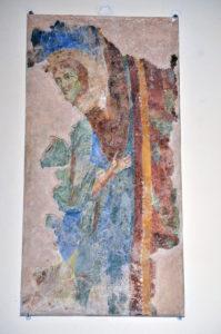 1. Montecassino, abbazia: frammento staccato raffigurante un angelo (Archivio della Soprintendenza archeologia, belle arti e paesaggio per le province di Frosinone, Latina e Rieti, neg, n. 4674).