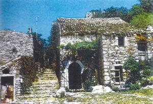 Il rione «l'Olivastro» in una foto del 1973 con le sue case abbandonate e con la strada de «l'Olivastro»
