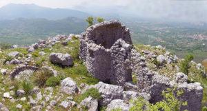 Fig. 4. Visione d'insieme dei ruderi della chiesa di Sant'Eustachio e della limitrofa cisterna (sopra).
