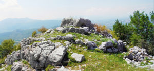 Fig. 7. Roccia sagomata a gradoni piramidali, probabile altare pagano di epoca sannitica.