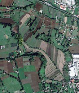 Foto 4: L'area un tempo occupata dagli antichi laghi di Aquinum caratterizzata dagli appezzamenti di terreno posizionati a «spina di pesce» a margine delle sponde del profondo canale grazie al quale fu risolto il problema dell'impaludamento (Foto da Google).