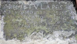 Foto 6: Gallinaro. L'iscrizione di Piazza Umberto I che ricorda la peste (g.c. Domenico Cedrone).