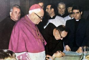 Particolare della ricognizione: firma della pergamena ricordo da parte del M.R.P. Emmanuele Lombardi, ministro provinciale.