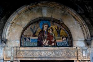 Fig. 1: Aquino, Madonna della Libera, mosaico della lunetta del portale (L. Riccardi).