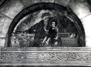 Fig. 3: Aquino, Madonna della Libera, il mosaico della lunetta del portale in una fotografia storica prima dei lavori degli anni '30 del XX secolo (Roma, Istituto Nazionale di Archeologia e Storia dell'Arte).