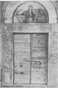 Fig. 4: Aquino, Madonna della Libera, il mosaico della lunetta del portale in una fotografia storica degli inizi del XX secolo (da Bertaux 1903, I, fig. 79).