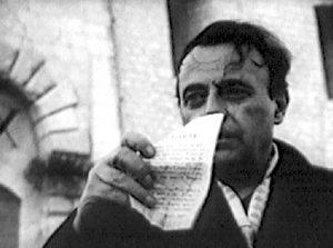 Gino Salveti a Montecassino con il volantino lanciato dagli alleati (www.leggocassino.it).