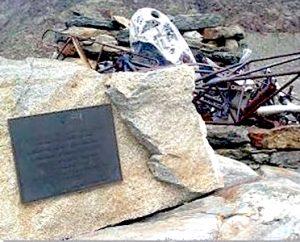 Monumento eretto con resti dell'elicottero.