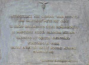 La targa al rifugio Marinelli-Bombardieri.