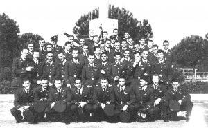 Ottorino Fargnoli con gli allievi piloti del suo corso dell'Accademia di Caserta.