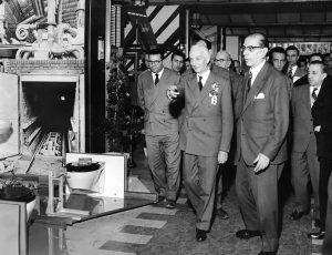 Il presidente del Consiglio Antonio Segni in visita alla Fiera di Milano nel 1957.