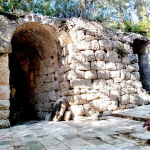 Mura di Pirae con porta di ingresso.