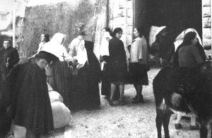 Suore di Carità, Stimmatine e civili davanti all'ingresso del monastero in procinto di partire per Roma.