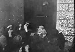 La scena dell'assembramento davanti al portone nel film Montecassino nel cerchio di fuoco.