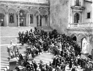 La scena della folla che si riversa negli interni del monastero nel film Montecassino nel cerchio di fuoco.