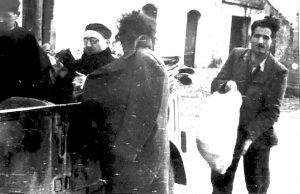 Fra Zaccaria di Raimo e d. Nicola Clemente a Roccasecca con Francesco Pittiglio, e, di spalle, la moglie Antonietta con il piccolo Benedetto di appena due settimane di vita.