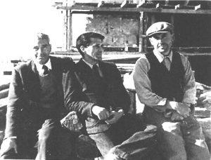 L'arch. Giuseppe Poggi a Montecassino nel corso dei lavori di ricostruzione, con due suoi assistenti.